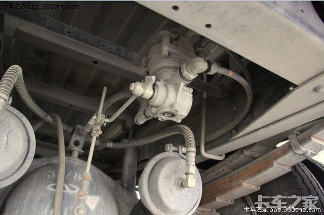绿卡t系列的手刹鼓,还有绿卡t系列原车预留的三通支架和快放阀孔位.图片