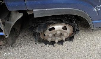 超车爆胎我该怎样控制车辆!