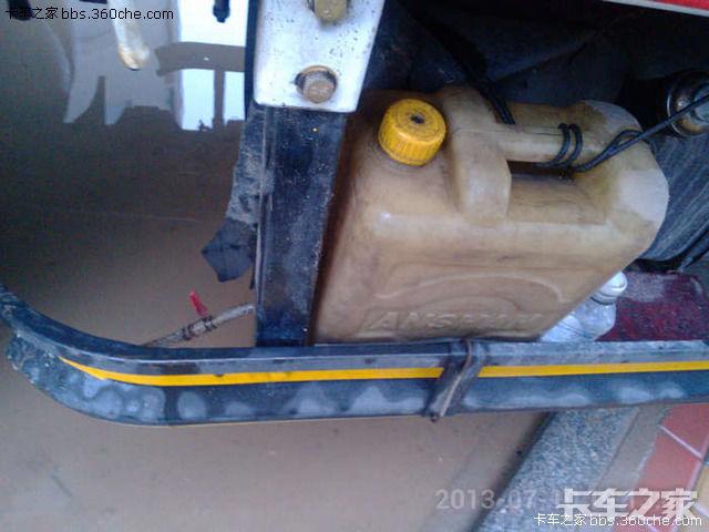 先来个简单的这个是自己改装了一个小水壶,可以洗手也可以浇轮胎油箱下面打两根铁丝放个板子就可以固定了。