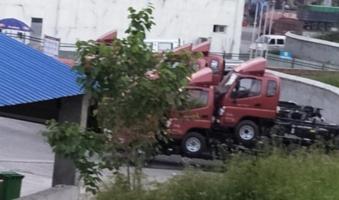行车在路,偶遇三辆卡车叠加!