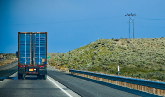 如何应对公路上占道龟速行驶的车辆?