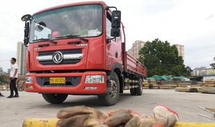 跟车多利卡 拉十吨钢管在城市穿越卡车之家服装论坛t.vhao.net