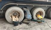 老司机自己动手更换挂车气囊